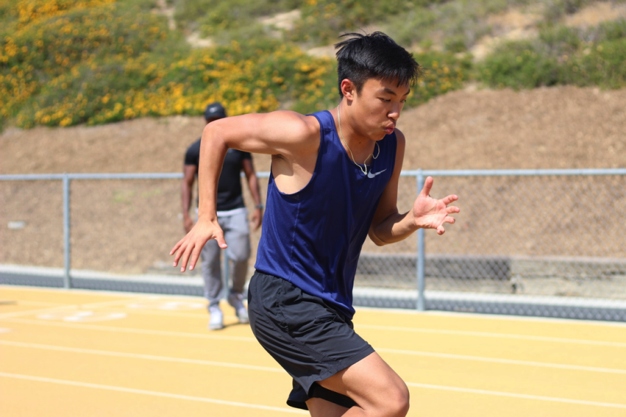 Junior+Thomas+Ear+practices+for+distance+events+with+his+teammates.