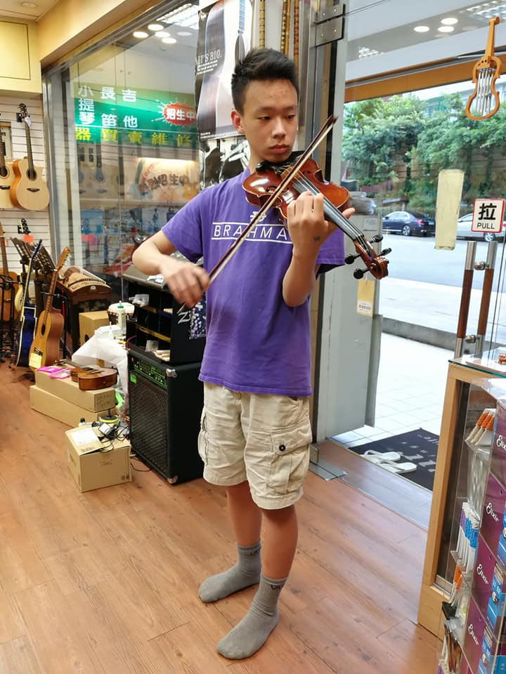Senior+Kevin+Kuo+is+self-taught+on+many+instruments%2C+including+the+violin.